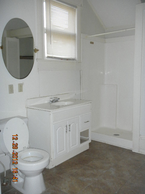 roosevelt_downstairs_bath.jpg